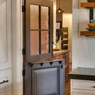 Idéer för ett mellanstort rustikt kapprum, med beige väggar, tegelgolv, en tvådelad stalldörr och rött golv