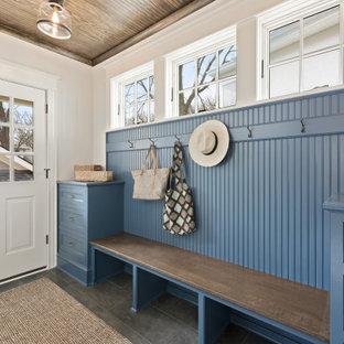 Стильный дизайн: тамбур в морском стиле с синими стенами, одностворчатой входной дверью, белой входной дверью, серым полом, деревянным потолком и панелями на стенах - последний тренд