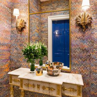 Idéer för en stor eklektisk entré, med flerfärgade väggar