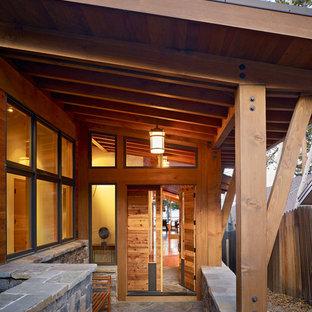 Inspiration pour une entrée design avec une porte simple et une porte en bois brun.