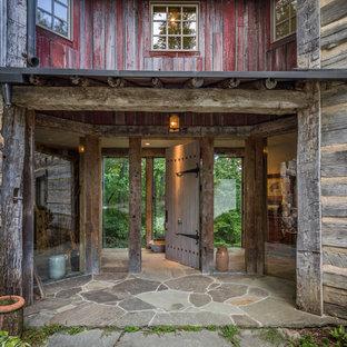 Ejemplo de puerta principal rural, grande, con puerta simple y puerta de madera clara