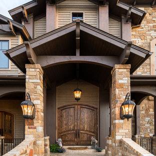 オースティンの巨大な両開きドアコンテンポラリースタイルのおしゃれな玄関 (テラゾの床、濃色木目調のドア) の写真