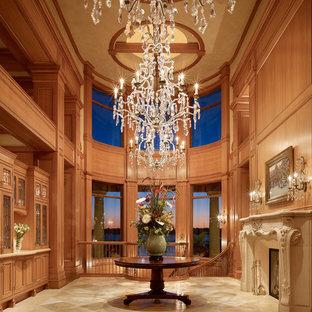Imagen de hall tradicional, grande, con paredes beige, suelo beige, suelo de baldosas de cerámica, puerta simple y puerta de madera en tonos medios
