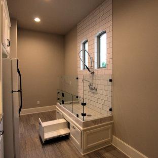 Idéer för att renovera ett stort medelhavsstil kapprum, med beige väggar, laminatgolv, en enkeldörr, en vit dörr och beiget golv