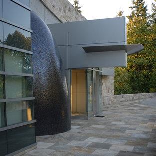 Новые идеи обустройства дома: огромная входная дверь в стиле модернизм с белыми стенами, гранитным полом, одностворчатой входной дверью и металлической входной дверью