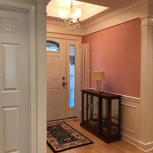 Стильный дизайн: маленькая входная дверь в классическом стиле с розовыми стенами, светлым паркетным полом, одностворчатой входной дверью, белой входной дверью и бежевым полом - последний тренд