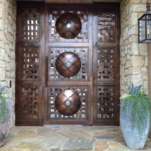 Пример оригинального дизайна: большая входная дверь в восточном стиле с бежевыми стенами, полом из керамической плитки и коричневой входной дверью
