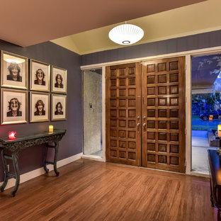 Geräumiger Mid-Century Eingang mit Foyer, blauer Wandfarbe, Bambusparkett, Doppeltür und dunkler Holztür in Las Vegas