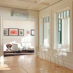 ボストンの広いダッチドアコンテンポラリースタイルのおしゃれな玄関ロビー (白い壁、淡色無垢フローリング、白いドア) の写真