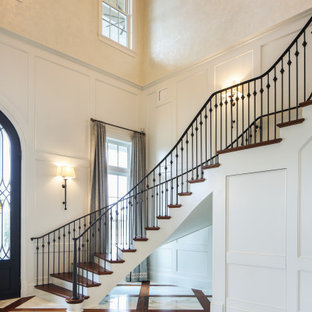 Пример оригинального дизайна: большое фойе в стиле современная классика с бежевыми стенами, двустворчатой входной дверью, черной входной дверью и сводчатым потолком