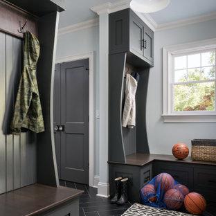 Inspiration för mellanstora klassiska kapprum, med grå väggar, klinkergolv i keramik, en enkeldörr, en svart dörr och svart golv