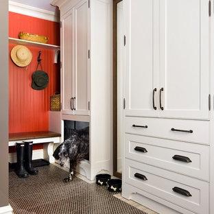 トロントの広いトラディショナルスタイルのおしゃれなマッドルーム (赤い壁、磁器タイルの床) の写真