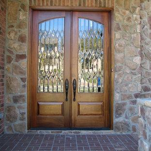 Idéer för att renovera en vintage ingång och ytterdörr, med en dubbeldörr och mellanmörk trädörr