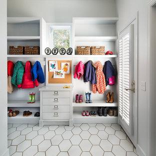 Inspiration pour une entrée traditionnelle avec un vestiaire, un mur gris, une porte simple et une porte en verre.