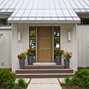 Foto på en funkis ingång och ytterdörr, med en enkeldörr och mellanmörk trädörr