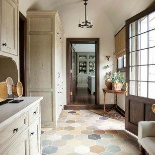 Идея дизайна: вестибюль в классическом стиле с белыми стенами, одностворчатой входной дверью, входной дверью из темного дерева и разноцветным полом