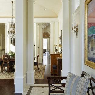 Inredning av en klassisk mycket stor foajé, med gula väggar, marmorgolv, en enkeldörr och en svart dörr