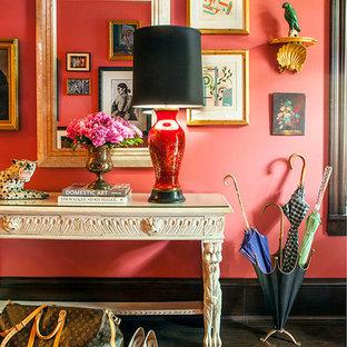 Inredning av en eklektisk mycket stor foajé, med rosa väggar, mörkt trägolv, en enkeldörr och mörk trädörr