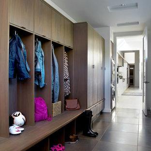 Пример оригинального дизайна: тамбур среднего размера в современном стиле с белыми стенами, полом из керамогранита и одностворчатой входной дверью