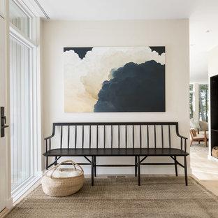 Exempel på en modern foajé, med beige väggar, ljust trägolv, en enkeldörr, glasdörr och beiget golv