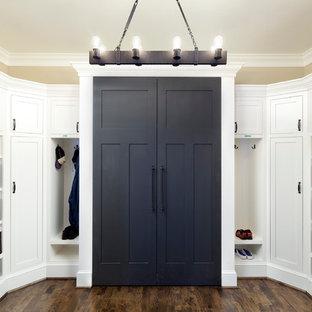 Ispirazione per un grande ingresso con anticamera classico con pareti beige e pavimento in legno massello medio