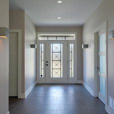 Modern Entry by Cedarstone Homes Limited