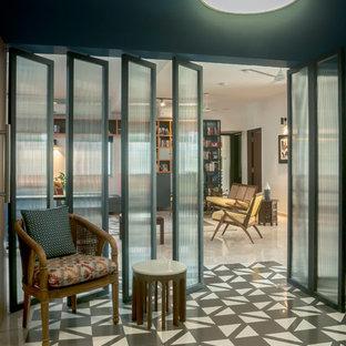 Idéer för stora eklektiska entréer, med svarta väggar och flerfärgat golv