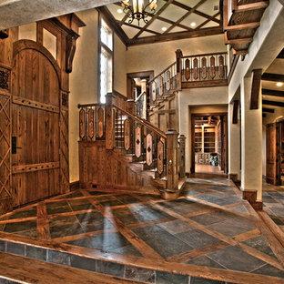 Inspiration för en stor rustik ingång och ytterdörr, med beige väggar, mörkt trägolv, en enkeldörr, mörk trädörr och flerfärgat golv
