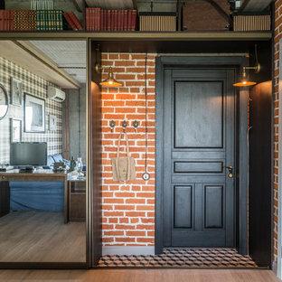 Foto di una porta d'ingresso industriale di medie dimensioni con pareti marroni, una porta singola e una porta nera