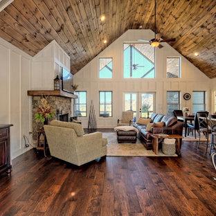 Источник вдохновения для домашнего уюта: большая входная дверь в стиле кантри с белыми стенами, темным паркетным полом, одностворчатой входной дверью, серой входной дверью, коричневым полом, сводчатым потолком и панелями на стенах