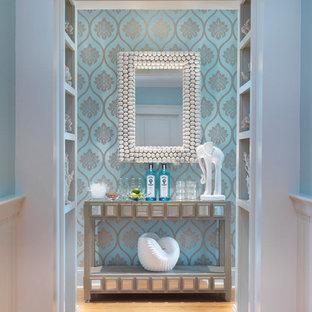 Maritimer Eingang mit Korridor, blauer Wandfarbe und braunem Holzboden in Providence