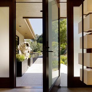 Kleiner Moderner Eingang mit Korridor, brauner Wandfarbe, Drehtür, Glastür und beigem Boden in San Francisco