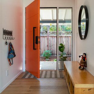 Inspiration för en mellanstor funkis foajé, med vita väggar, ljust trägolv, en enkeldörr, en orange dörr och beiget golv