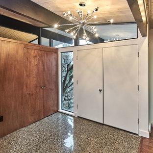 Esempio di una porta d'ingresso minimalista di medie dimensioni con pareti bianche, pavimento in granito, una porta a due ante, una porta bianca e pavimento multicolore