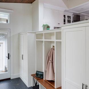 Inspiration för ett mellanstort vintage kapprum, med vita väggar, en enkeldörr och flerfärgat golv