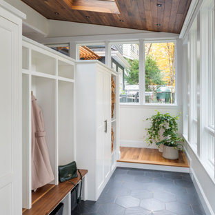 ボストンの中サイズの片開きドアトランジショナルスタイルのおしゃれなマッドルーム (ベージュの壁、グレーの床) の写真