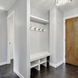 Immagine di una piccola porta d'ingresso classica con pareti grigie, pavimento in sughero, una porta singola, una porta in legno bruno e pavimento marrone