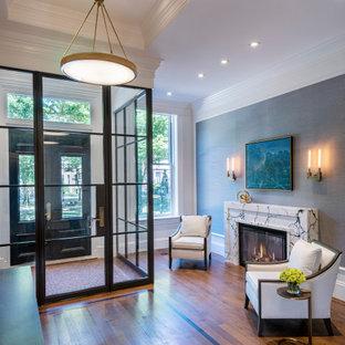 ボストンの両開きドアトランジショナルスタイルのおしゃれな玄関 (グレーの壁、無垢フローリング、黒いドア、格子天井、壁紙) の写真