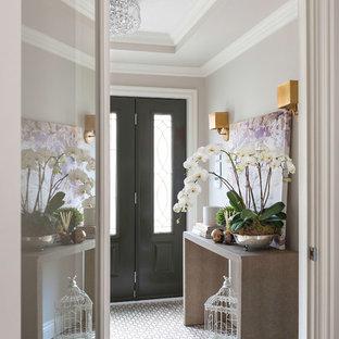 Aménagement d'un petit vestibule classique avec un mur gris, un sol en marbre, une porte double et une porte noire.