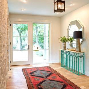 Diseño de distribuidor clásico renovado, grande, con paredes blancas, suelo de madera clara, puerta simple y puerta blanca