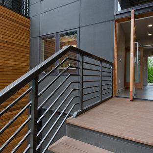 Inspiration för en mellanstor funkis ingång och ytterdörr, med vita väggar, betonggolv, en pivotdörr och ljus trädörr