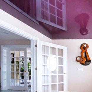 На фото: маленький вестибюль в современном стиле с розовыми стенами, паркетным полом среднего тона, одностворчатой входной дверью и серой входной дверью