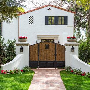 Diseño de entrada mediterránea, grande, con suelo de bambú y puerta doble