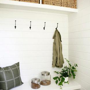 Inspiration för mellanstora retro kapprum, med vita väggar och klinkergolv i porslin