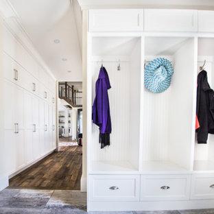 他の地域の広い片開きドアトラディショナルスタイルのおしゃれなマッドルーム (ベージュの壁、濃色無垢フローリング、黒いドア) の写真