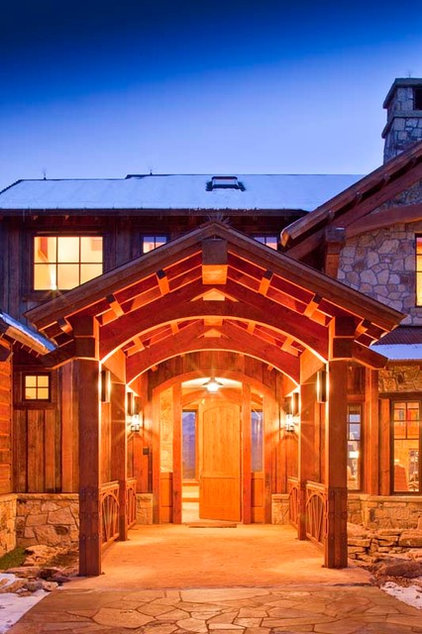 Traditional Entry by Centre Sky Architecture Ltd