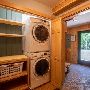 Ejemplo de vestíbulo posterior madera, rural, madera, con paredes beige, suelo de madera clara, suelo beige, madera, puerta simple y puerta de vidrio