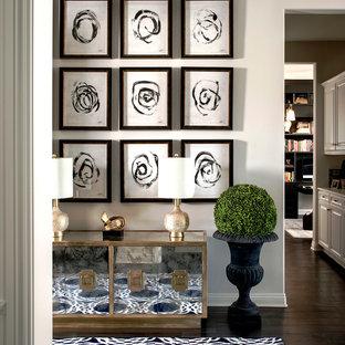 Идея дизайна: прихожая среднего размера в стиле фьюжн с белыми стенами, темным паркетным полом, одностворчатой входной дверью и входной дверью из темного дерева