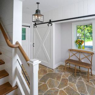Стильный дизайн: тамбур среднего размера в классическом стиле с белыми стенами, полом из известняка и одностворчатой входной дверью - последний тренд