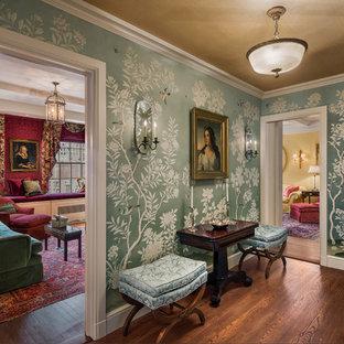 ニューヨークの小さいヴィクトリアン調のおしゃれな玄関ホール (緑の壁、茶色い床、濃色無垢フローリング) の写真